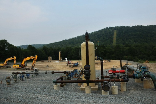 Equipment used for the extraction of natural gas is viewed at a hydraulic fracturing site. (AFP Photo / Spencer Platt) New York State Mulls Limited Fracking In Southern Tier